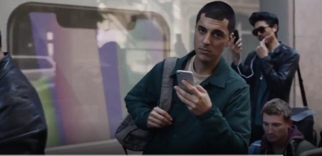 三星实力嘲讽iPhone 没防水、没无线充电、没耳机孔!