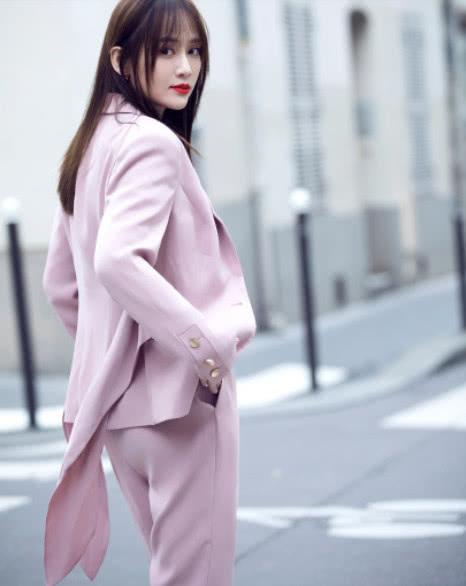 穿上粉色西裝的陳喬恩有多靚?看完時尚片後,你自然就懂了 【至愛時尚】
