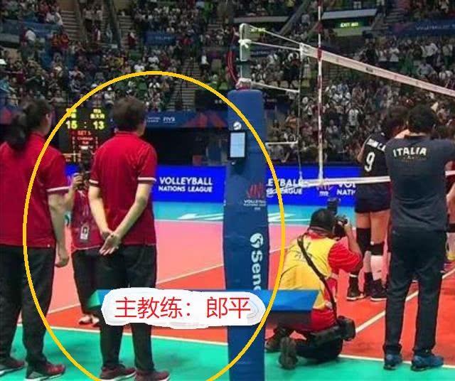 女排大逆轉後全隊狂歡,郎平卻做出1意外舉動 賽後她道出了原因 【體育哲人】 自媒體 第2张