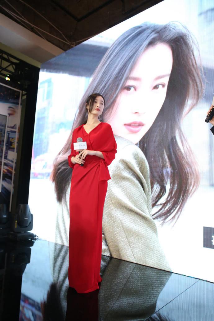 倪妮太有時尚感了,身穿紅色連衣裙收腰顯氣質,風情萬種的女人 【色搭時尚】 自媒體 第1张