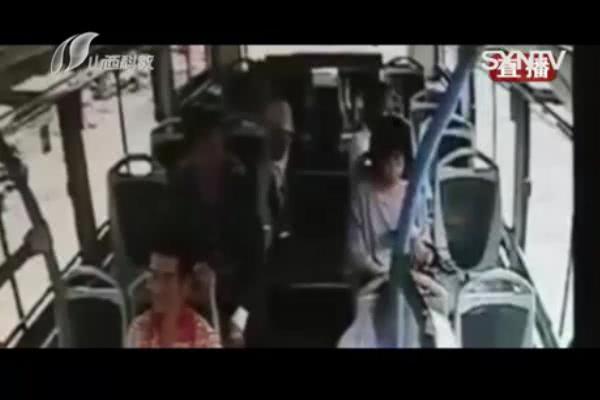 男子太大膽,搶奪乘客手機,被公交車司機擒拿制服! 【鹿丸娛樂說】 自媒體 第2张
