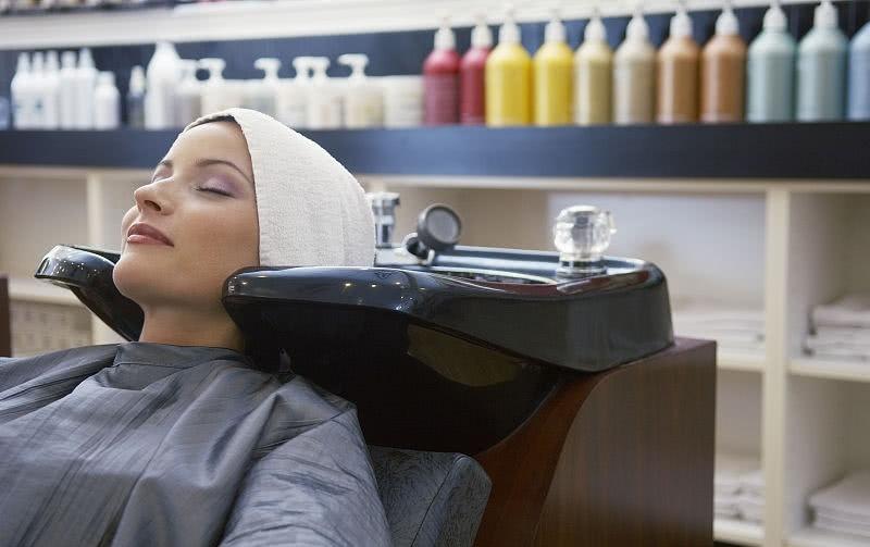 太原女子美容店做面部美容 臉沒變漂亮腳卻受傷縫8針 【在人間】 自媒體 第1张