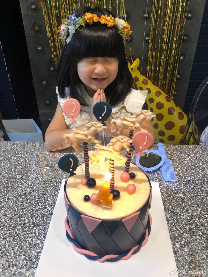 張亮罕見曬照為小女兒慶祝生日,網友調侃女版天天超可愛 【安畦】 自媒體 第2张