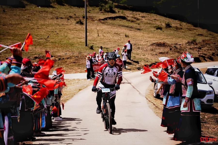 環四川國際自行車聯賽會東舉行,騎手挑戰山地越野爬坡賽道 【紅星新聞】