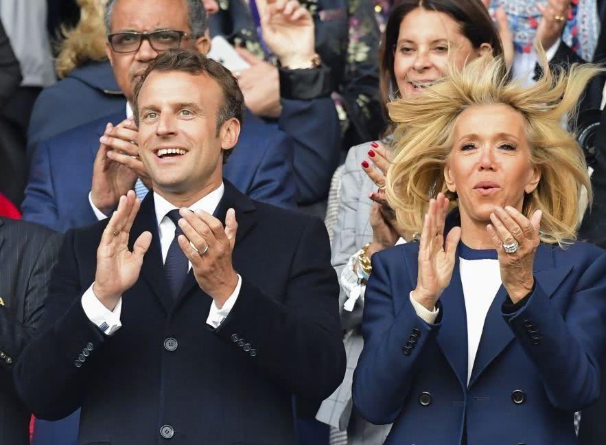 66歲布麗吉特和馬克龍激動看比賽!穿藍外套氣質,開心地像孩子 【時尚風行派】