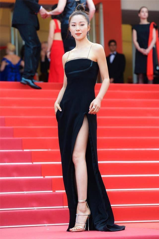 江一燕終於不走文藝路線!一襲黑色皮裙美得高級,漁網高跟鞋搶鏡 【時尚大咖】