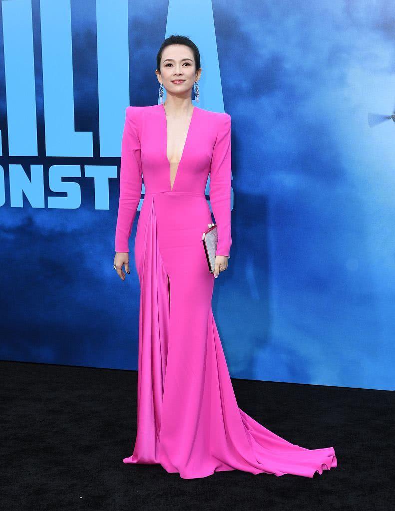 還是那個國際章!章子怡好萊塢亮相 貼身玫紅長裙破懷孕傳聞 【視覺中國最星動】