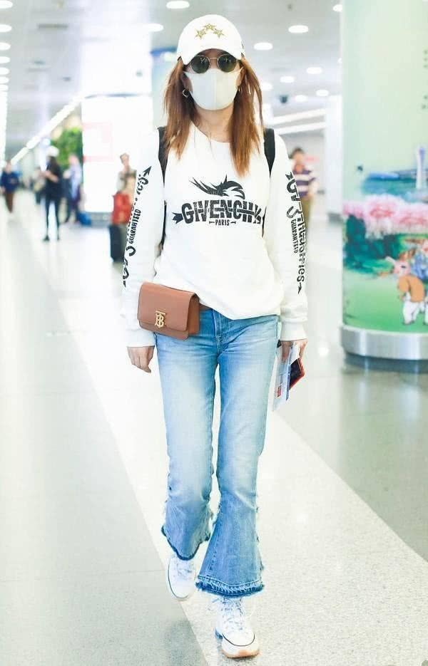 趙薇機場街拍不再霸氣,簡約低調現43歲真實美,少女感由內而外 【時尚大咖】