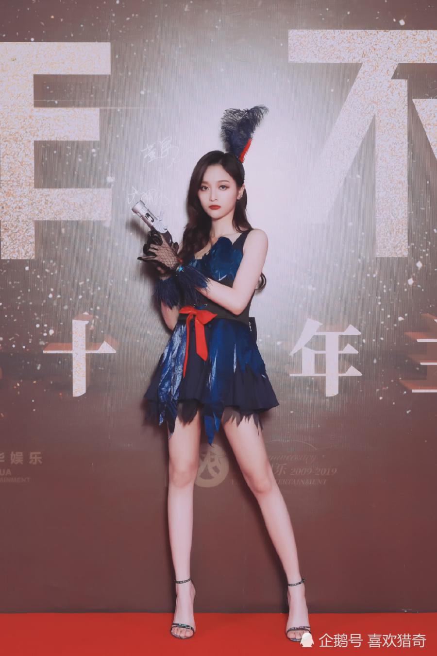 吳宣儀cos黑天鵝,看到她10cm短裙下的腿,網友:太嚇人了 【喜歡獵奇】