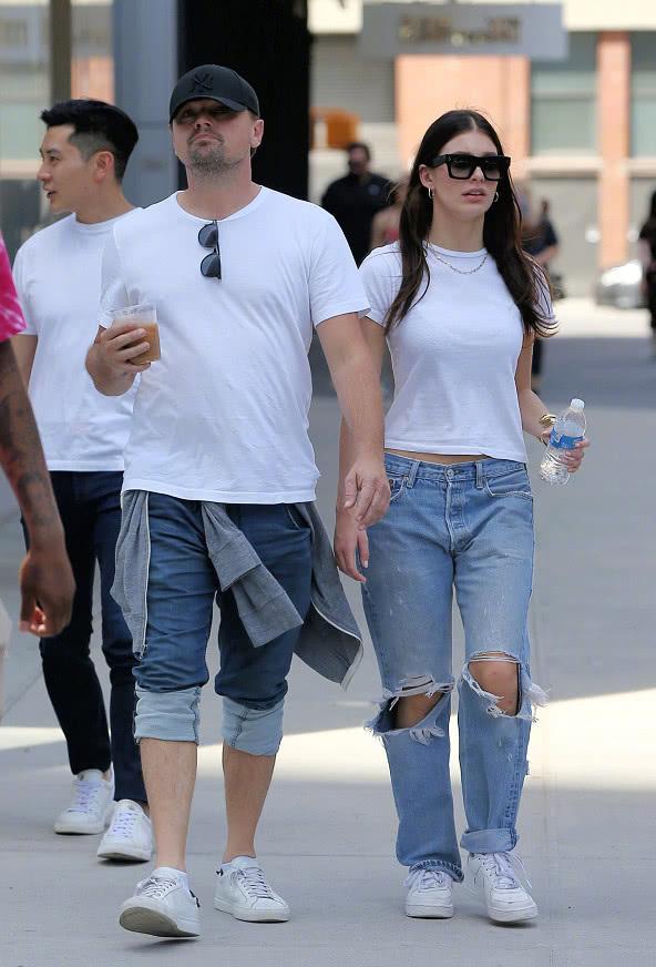 小李子和女友身穿白T搭配牛仔褲現身 行走的表情包又來了 【原創娛樂資訊】