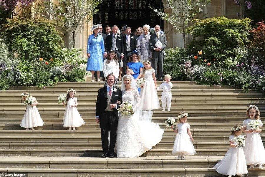 哈里23歲表妹穿粉裙亮相王室婚禮太吸睛,曾被譽為最美王室成員 【時尚風行派】
