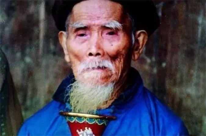 中国最长寿的老人:一根老烟杆抽了100年,终身未娶活到133岁